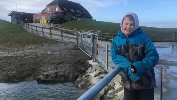 Land unter auf der Norderwarft! Kjell erwartet, die nächste Sturmflut, die kurz bevor steht. Er wohnt mit seiner Familie auf Nordstrandischmoor - einer Hallig vor der nordfriesischen Küste. Immer häufiger ist ihr Haus vom Wasser bedroht, weil der Meeresspiegel steigt. Die Hallig muss deshalb erhöht werden.    Rechte: ZDF/Eva Werdich