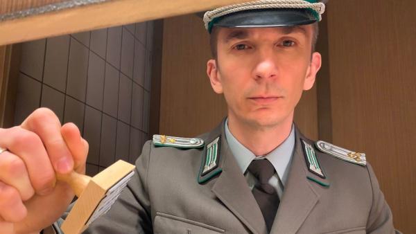 Es ist zwar keine große Rolle, die er bekleidet, trotzdem will Eric Mayer herausfinden, wie ein DDR-Grenzbeamter von damals dachte und handelte.   Rechte: ZDF/Eva Werdich