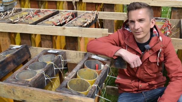 Eric Mayer kniet neben einer Abschussrampe für Feuerwerkskörper. | Rechte: ZDF/Andreas Wunsch