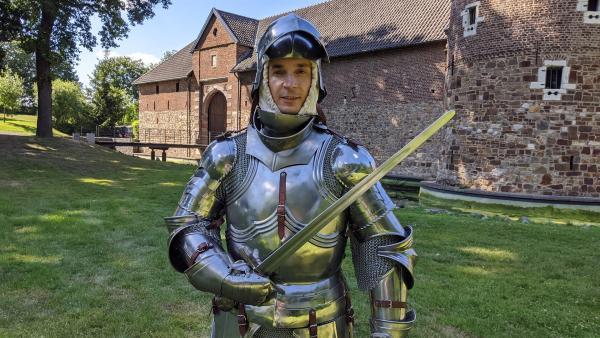 Kampf mit der Rüstung! PUR+ Moderator Eric Mayer möchte fit wie ein Ritter werden. Dazu trainiert er nach einem Fitnessplan, den ein Ritter vor fast 600 Jahren aufgestellt hat. | Rechte: ZDF/Dr. Luise Wagner