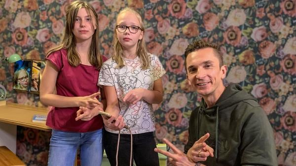Viele Gehörlose sprechen eine eigene Sprache, die Gebärdensprache. Gelingt es Eric, einen Satz fehlerfrei in Gebärdensprache zu lernen?   Rechte: ZDF