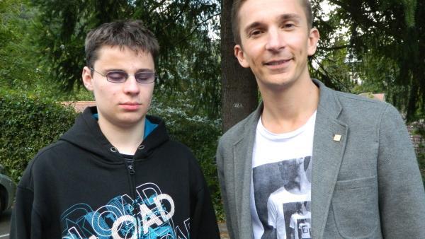 PUR+ Moderator Eric Mayer, zusammen mit Dave, der ihm die Echo-Ortung lehrt. | Rechte: ZDF/Simone Grabs