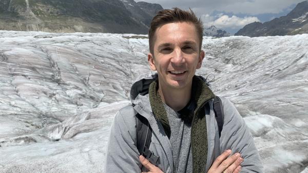 Die Gletscher sterben - auch der Aletschgletscher in der Schweiz. Moderator Eric Mayer kann selbst erleben, in welcher Geschwindigkeit der Eis-Riese schmilzt. | Rechte: ZDF/Dirk Beppler