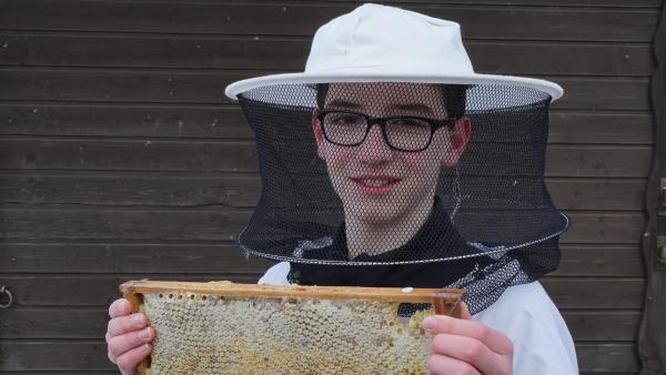 Timo möchte Imker werden und bekommt seinen ersten eigenen Bienenstock. | Rechte: ZDF/Jan Frerichs