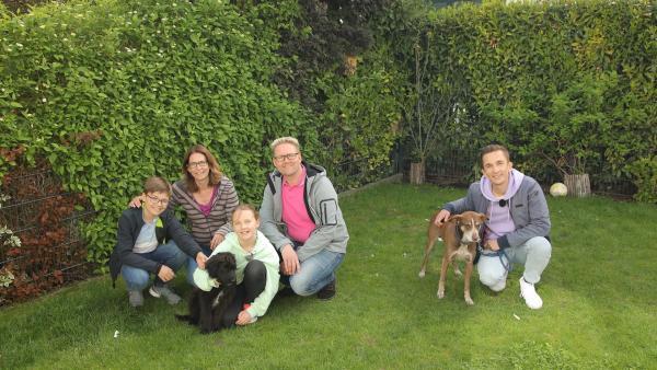 Der Wunsch nach einem eigenen Haustier - Familie Tschiedel hat ihn sich erfüllt. Seit ein paar Wochen ist Welpe Bruno bei Ihnen eingezogen. Moderator Eric Mayer besucht die Familie zusammen mit seinem Hund Caramelo und verbringt einen Tag mit ihnen. Zeljko Pehar. | Rechte: ZDF/Zeljko Pehar