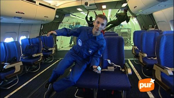 Und plötzlich schwebt pur+ Moderator Eric Mayer schwerelos im Raum. Ein unbeschreibliches Gefühl, das fast eine halbe Minute anhält. | Rechte: ZDF/Andreas Wunsch