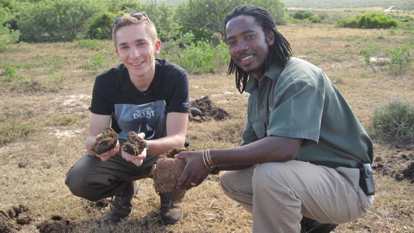 pur+ Moderator Eric Mayer (li.) in der Savanne von Südafrika beim Ranger-Crash-Kurs. | Rechte: ZDF/Ulrike Schenk