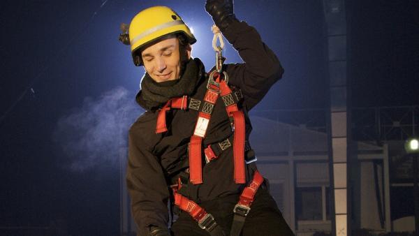 Eric Mayer auf der pur+ Eistreppe. Ob die fünf Zentimeter dicke Platte sein Gewicht aushält?   Rechte: ZDF/Kerstin Bänsch