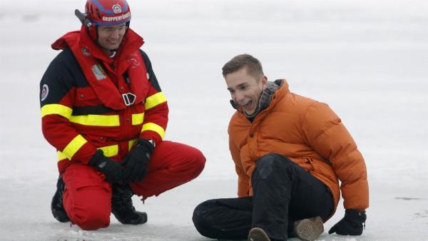 Stuntman des Wissens Eric Mayer simuliert einen Einbruch ins Eis des Bibisees bei Wolfratshausen. Der Einstieg in den eiskalten See.   Rechte: ZDF/Alexandra Beier