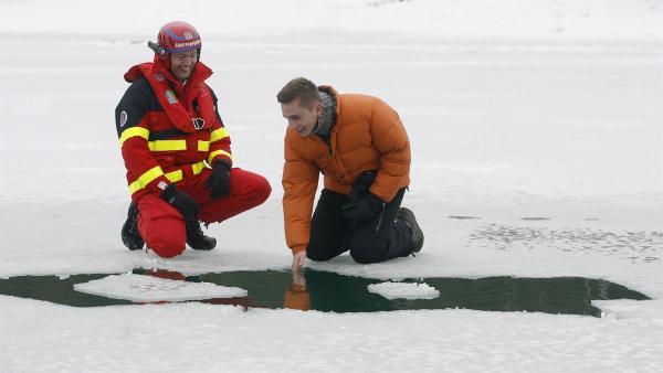 Stuntman des Wissens Eric Mayer simuliert einen Einbruch ins Eis des Bibisees bei Wolfratshausen.   Rechte: ZDF/Alexandra Beier
