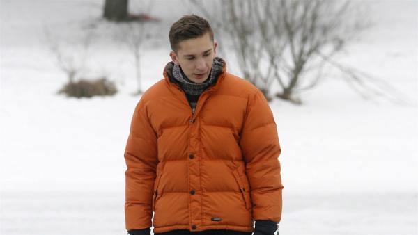 Stuntman des Wissens Eric Mayer simuliert einen Einbruch ins Eis des Bibisees bei Wolfratshausen. Eric bereitet sich auf die Aktion vor.   Rechte: ZDF/Alexandra Beier