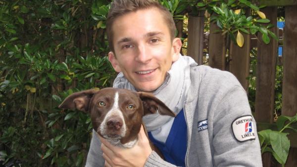 pur+ Moderator Eric Mayer nimmt mit seinem Hund Caramelo am Hundetraining teil. | Rechte: ZDF/Doris Mayer