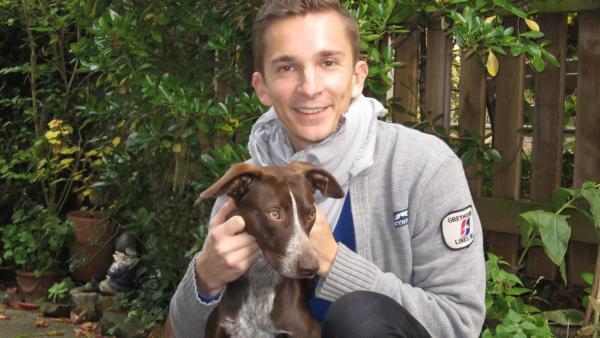 pur+ Moderator und Reporter Eric Mayer beim Erziehungs-Training mit seinem Hund Caramelo | Rechte: ZDF/Doris Mayer