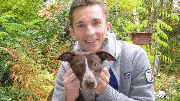 pur+ Moderator und Reporter Eric Mayer beim Erziehungstraining mit seinem Hund Caramelo | Rechte: ZDF/Doris Mayer