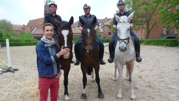 Eric Mayer mit den Polizeikommissaren Sandra Bode,  Rüdiger Teichmann und Jörg Schürmeyer von der Polizeistaffel.   Rechte: ZDF/Frauke Siebold