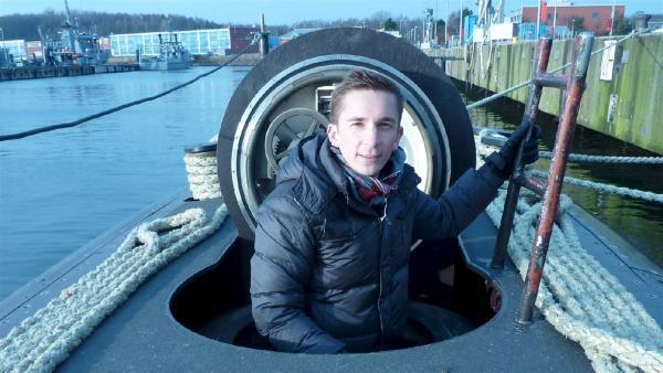 Eric Mayer, pur+ Stuntman des Wissens in Kiel bei einer Tauchfahrt  im modernsten U-Boot der Bundesmarine U33 | Rechte: ZDF/Wolfgang Pruss