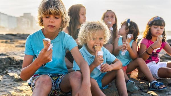 Kinder essen Eis. | Rechte: ZDF