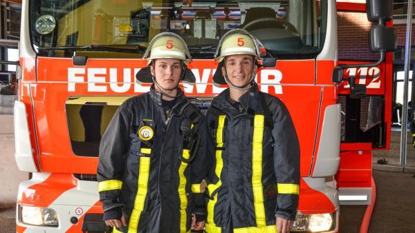 Eric in Feuerwehruniform vor einem Feuerwehrauto. | Rechte: ZDF