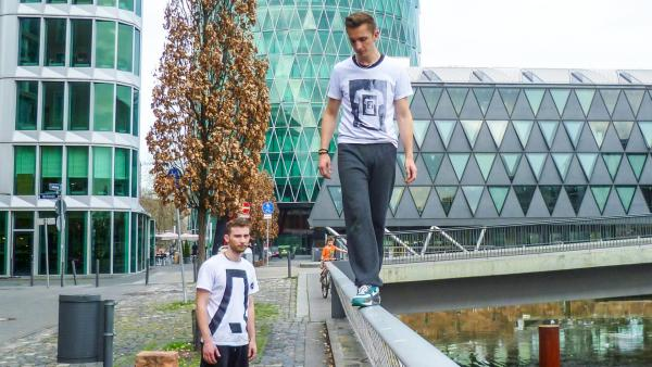 Eric macht Parkour und balanciert auf Geländer | Rechte: ZDF