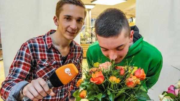 Eric mit Schüler bei Riechexperiment | Rechte: ZDF