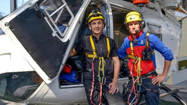 Eric mit der Bergwacht vor einem Hubschrauber | Rechte: ZDF