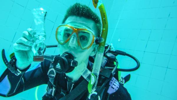 Eric im Taucheranzug Unterwasser.   Rechte: ZDF