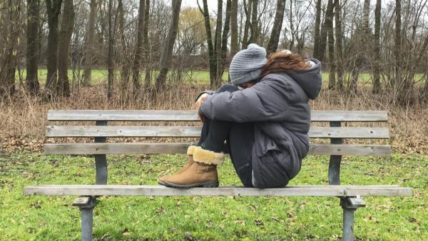 Trauriges Mädchen auf einer Bank | Rechte: ZDF