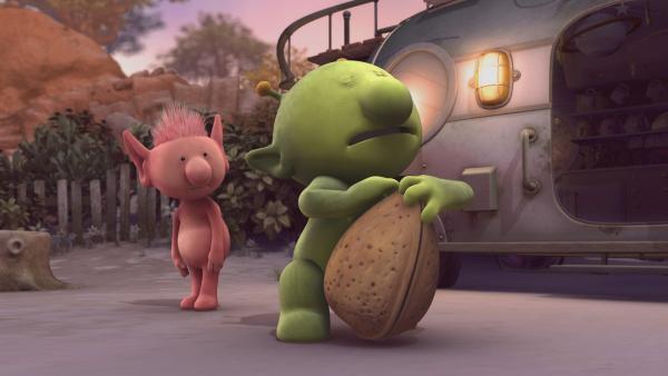 Oopsy (l.) sieht Pootle (r.) dabei zu, wie er versucht, die Astronuss zu knacken. | Rechte: KiKA/Snapper Productions/Q Pootle 5 LTD