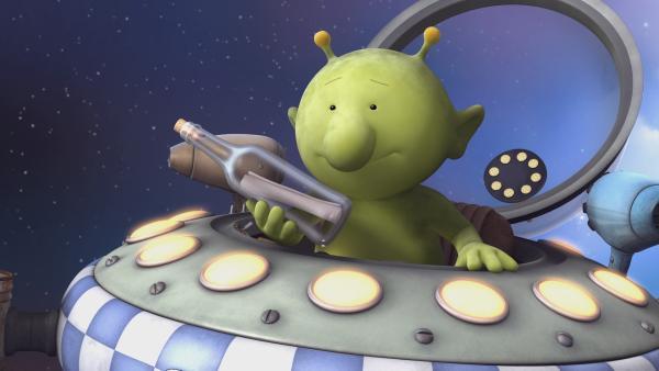 Pootle entdeckt im Weltall eine Flaschenpost, in der sich eine Schatzkarte befindet. | Rechte: KiKA/Snapper Productions/Q Pootle 5 LTD