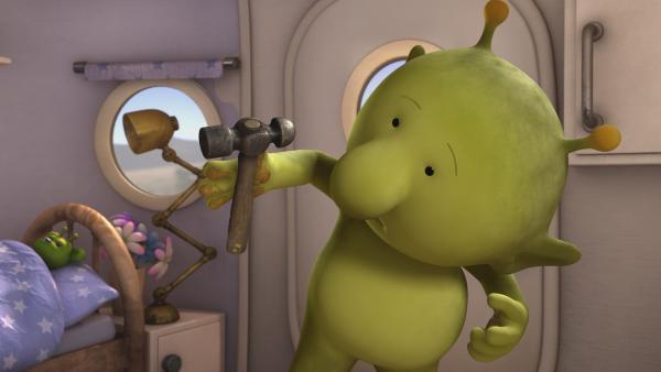 Pootle hilft abwechselnd Oopsy beim Backen und Eddi beim Aufbau seines Teleskops. Jetzt klebt ein Hammer an seiner mit Kuchenteig verschmierten Hand fest. | Rechte: KiKA/Snapper Productions/Q Pootle 5 LTD