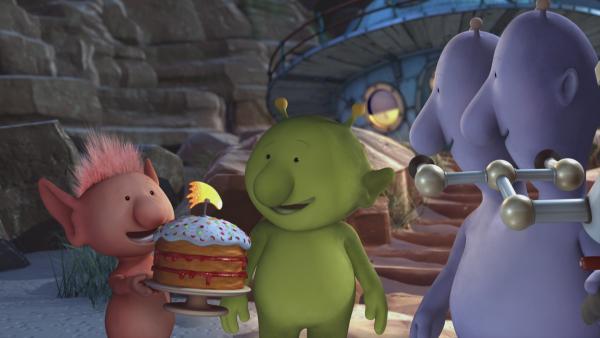 Oopsy und Pootle zeigen Eddi stolz ihren selbstgebackenen Kuchen. | Rechte: KiKA/Snapper Productions/Q Pootle 5 LTD