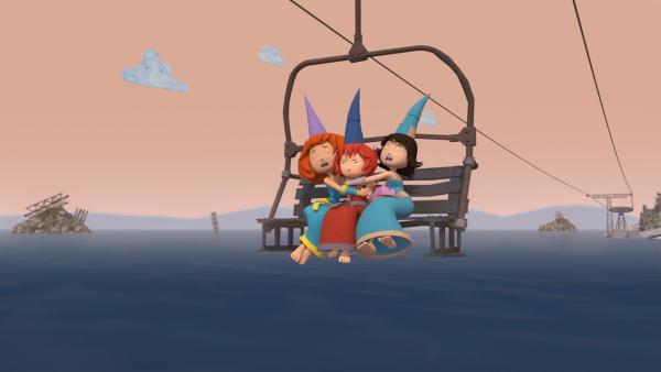 Wegen eines Stromausfalls sitzen Bö und ihre Freundinnen im Lift fest. | Rechte: ZDF/Caligari