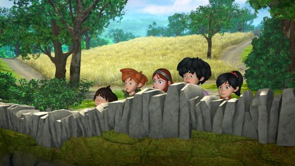 Die fünf Freunde Tuck, Robin Hood, Marian, Little John und Scarlett sehen entsetzt Prinz Johns Treiben zu. | Rechte: ZDF/Method Animation/DQ Entertainment/Fabrique d'images/ZDF Enterprises/De Agostini