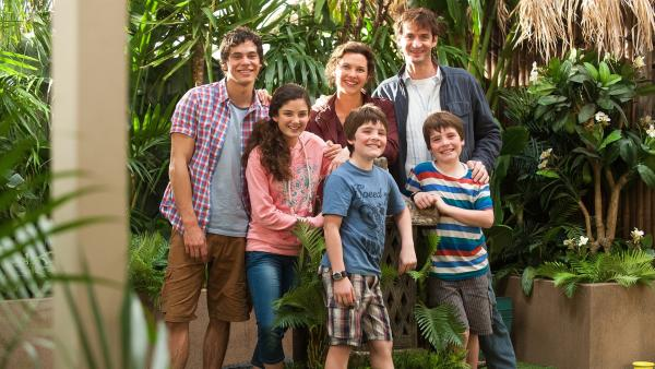Die Familie Fox (v.l.n.r.r): Sam (Remy Brand), April (Luca Asta Sardelis), Mutter Laura (Tiffany Lyndall-Knight), Jordan (Angus Russell), Vater Kingston (Charles Mayer) und Jordans Zwillingsbruder Harry (Harry Russell). | Rechte: ZDF/SLR Productions