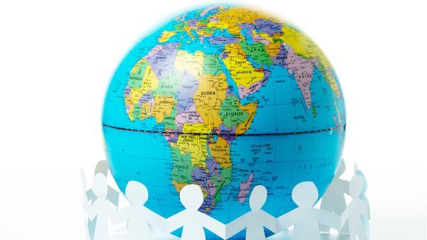 Globus, um den sich Papiermenschen die Hände reichen (Faltgirlande) | Rechte: colourbox.com