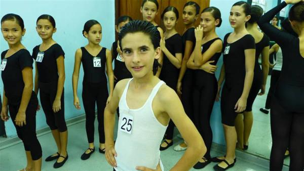 Erick ist ein kleiner Star, ganz Macho, und genießt seine Rolle als Hahn im Korb unter so vielen tanzenden Mädchen. | Rechte: hr