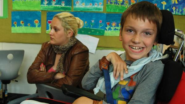 Auch wenn Schulbegleiterin Lisa hilft, Lennart muss seinen Schulstoff bewältigen. | Rechte: MDR/CONDOR Filmproduktion Berlin