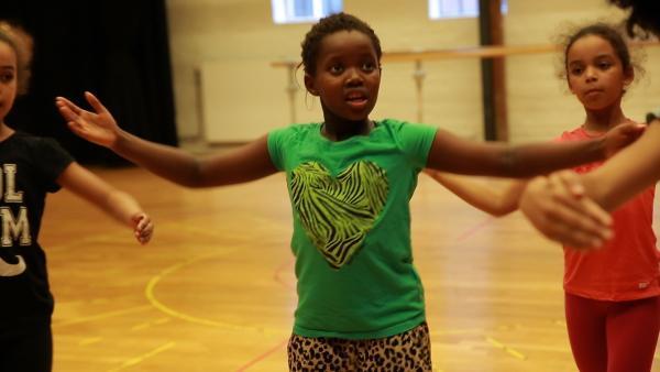 Leonie beim Tanztraining | Rechte: KiKA/Dirk Heuer