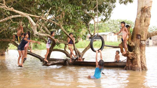 Eine Badeanstalt für Kinder im Amazonas-Fluss. | Rechte: RBB/Alexander Preuss