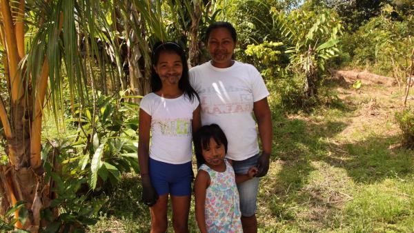 Jessica, ihre kleine Schwester Allejandra und ihre Mutter Vicky | Rechte: RBB/Alexander Preuss
