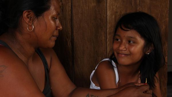 Jessica lernt viel von ihrer Mutter Vicky über indigenes Leben. | Rechte: RBB/Alexander Preuss