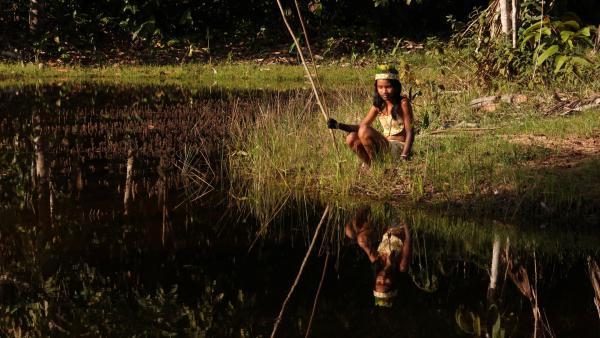 Wenn Jessica für die Familie jagen gehen muss, angelt sie am Fluss. | Rechte: RBB/Alexander Preuss