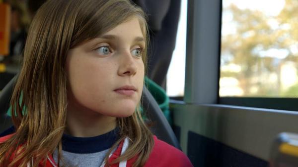 Amanda ist das erste Mal alleine mit dem Bus in Deutschland unterwegs. | Rechte: SWR/kurhaus production