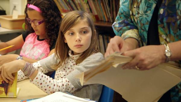 Amanda bekommt in der Schule einen Sticker für ihre Hausaufgaben. | Rechte: SWR/kurhaus production