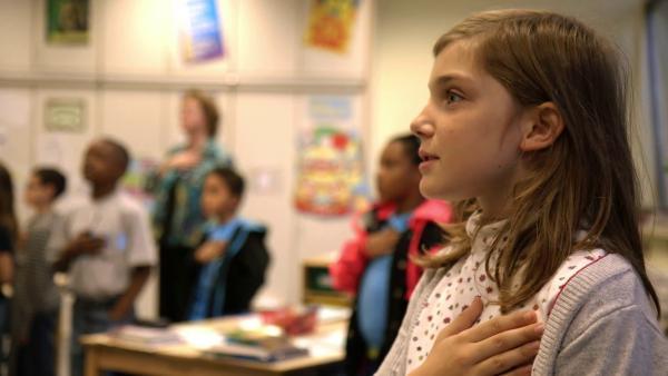 Amanda in der Schule beim Schwur auf die amerikanische Fahne | Rechte: SWR/kurhaus production