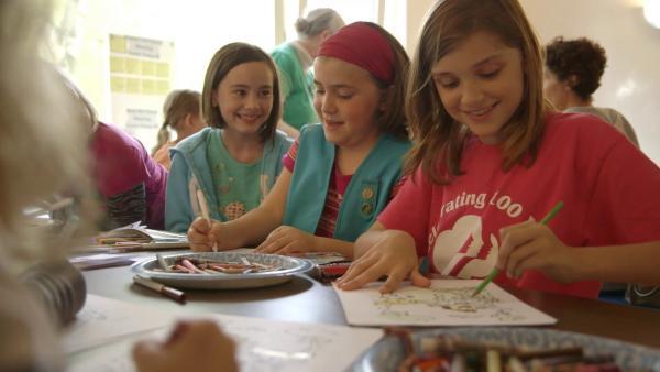 Amanda mit ihren Freundinnen beim Malen bei den Girl Scouts, den amerikanischen Pfadfinderinnen | Rechte: SWR/kurhaus production