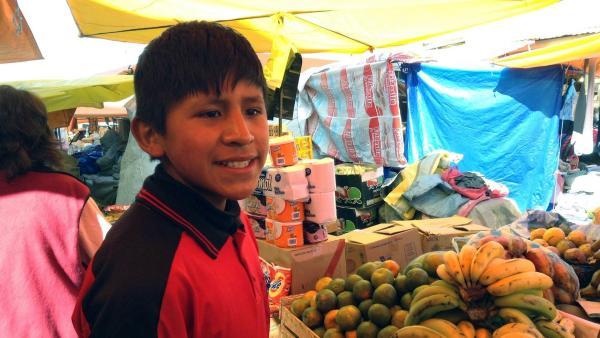 Mit dem Geld, das Alvaro beim Schuheputzen verdient hat, kann er für das Abendessen einkaufen. | Rechte: hr/Antonella Berta