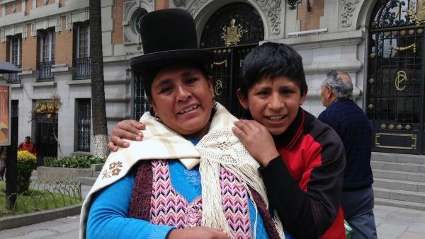 Alvaro mit seiner Mutter Patricia: Sie trägt den traditionellen Hut der Aymara-Frauen. | Rechte: hr/Antonella Berta