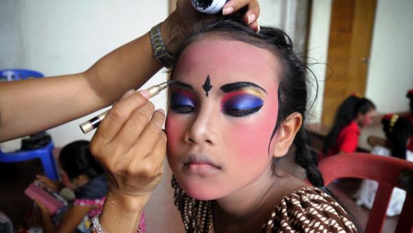 Vor jedem Tanzauftritt wird Beri aufwendig geschminkt. | Rechte: MDR/Klaus Tümmler