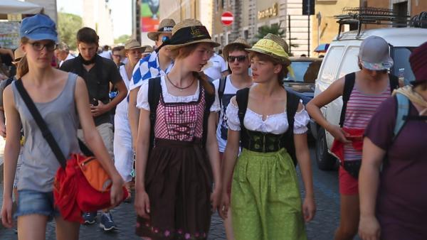 Ramona und Nicole im Dirndel in Rom. | Rechte: KiKA/house of media